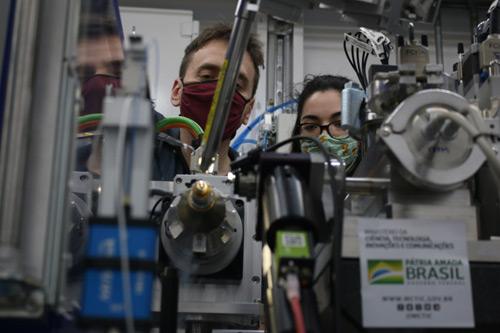 André Godoy e Aline Nakamura posicionam cristal de proteína de SARS-CoV-2 para análise no Sirius